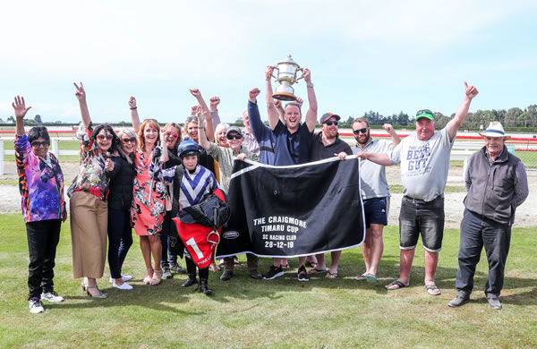 Now that's some happy owners!! - Race Images
